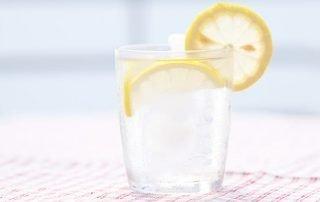 Gezond slank met water met citroen